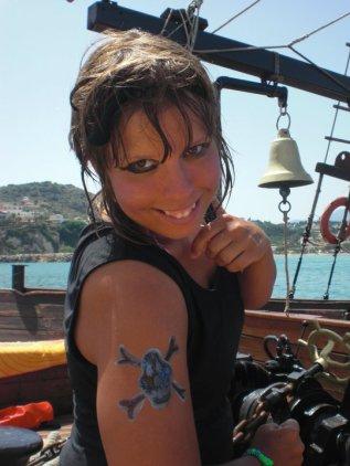 Sandra agerar pirat under en utflykt när hon var aktivitetsguide på Kreta.