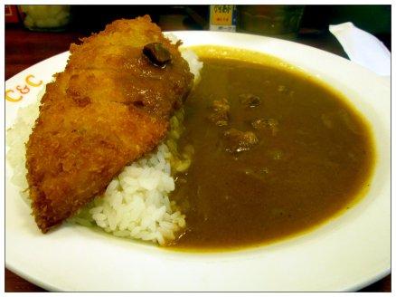 """Japansk curry med friterad fisk. Lägg märke till att riset och såsen ligger bredvid varandra. Riset är en helig växt i Japan, och om du blandar ihop det med något annat så blir riset """"förorenat""""."""