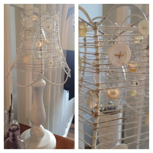 Denna lampskärm har istället för gamla gardiner fått sig en tråd virad runt sig, Tråden har allt eftersom fått en knapp påträdd på sig. Enkelt med effektfullt och garanterat originellt.