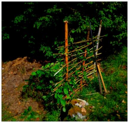 Att kompostera i en hög på marken fungerar bra, men någon form av avgränsning är praktiskt och estetiskt!