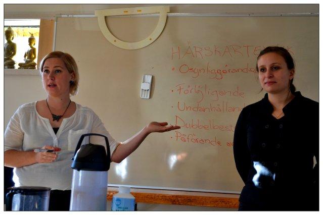 Härskartekniker är huvudingrediensen i den maktsökande dolda agendan. Lär dig att känna igen dessa och du har en mycket större chans att själv göra din röst hörd. På bilden syns Liza och Regina under en LIVåLEVA-föreläsning om just härskartekniker.